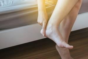 От чего отекают ноги и как вывести жидкость из организма?