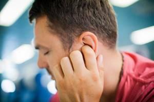 Болит ухо? 9 причин этой боли и как её устранить