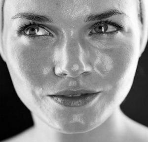 Уход за жирной кожей: 17 средств, которые помогут устранить проблему